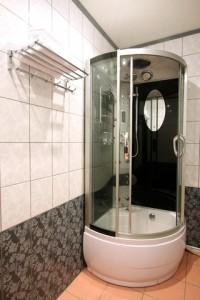 Med duschväggar blir det bekvämare att dusch i badkaret.