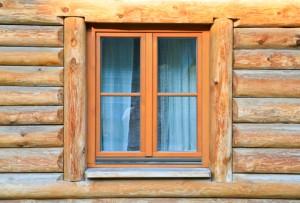 Justera fönstret så att det inte strular.
