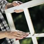 Det är viktigt att slipa fönsterkarmen så att färgen fastnar ordentligt.