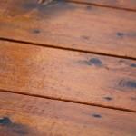 Golvet får en plank och fin yta med nytt lack.